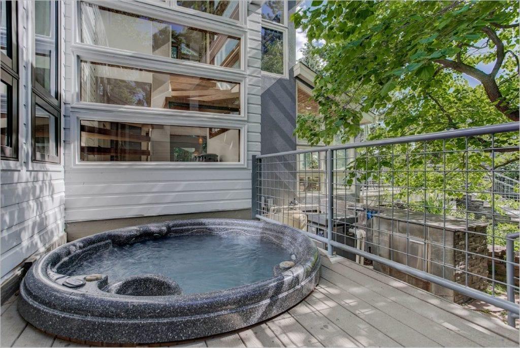 Pool mini hot tub